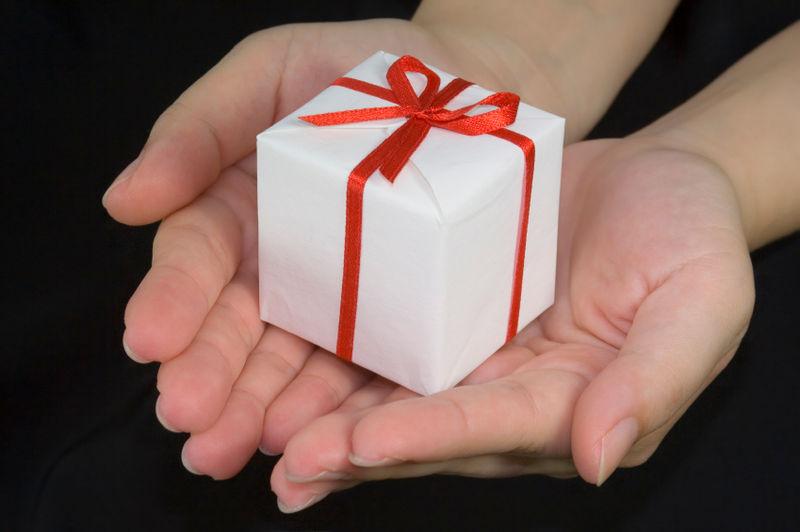 Giving_a_gift (1)
